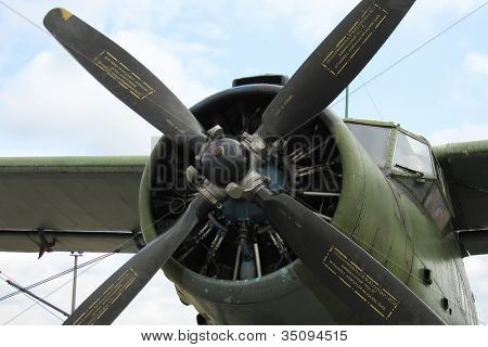 Engine and wing propeller airplane for air flying