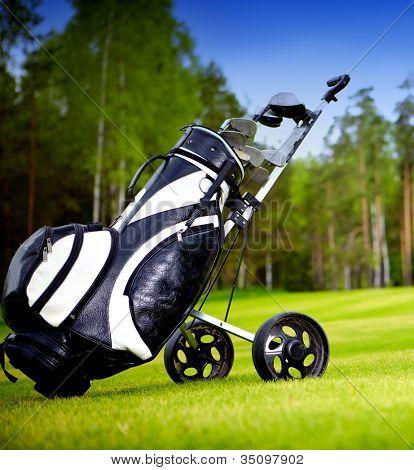 A criar novos clubes de golfe em um belo campo de golfe
