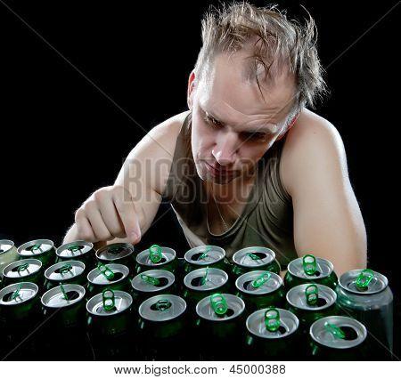 El hombre borracho y es un montón de latas de cerveza vacías...