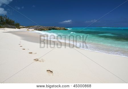 Huellas en la playa de borde de Little Exuma, Bahamas