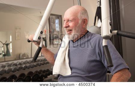Senior adult Man in der Turnhalle
