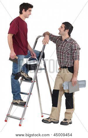 Montadores de telha, tendo uma conversa