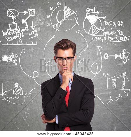 joven empresario pensando en todos los aspectos de un problema