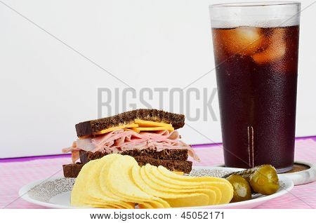 Jamón y queso en pan de centeno