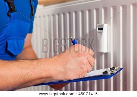 Techniker Lesen des Wärmezählers Verbrauch überprüfen