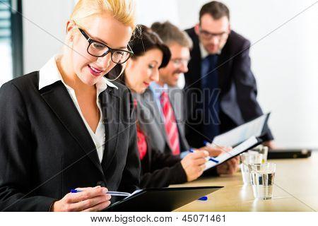 Business - Firmen haben ein Treffen mit Präsentation im Büro, sie verhandeln einen Vertrag - Po