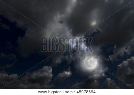 Lua cheia entre nuvens dramáticas