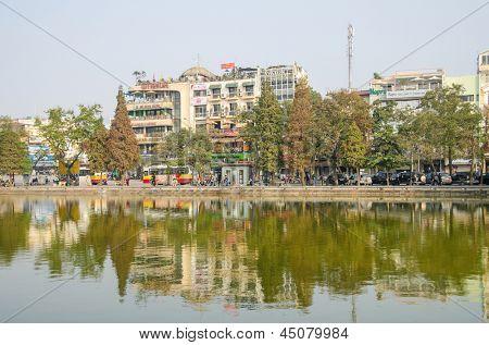 HANOI, VIETNAM - 13. Januar: Hoan-Kiem-See ist zentral gelegen und wenige Minuten zu Fuß von Hanois Ol