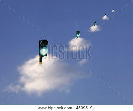 Semáforo verde flotando en las nubes blancas