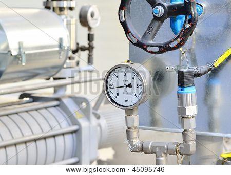 Termômetro industrial na sala de caldeira