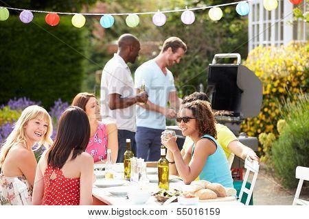 Grupo de amigos teniendo en casa barbacoa al aire libre