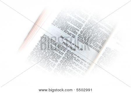 Bíblia aberta a vinheta de Philemon
