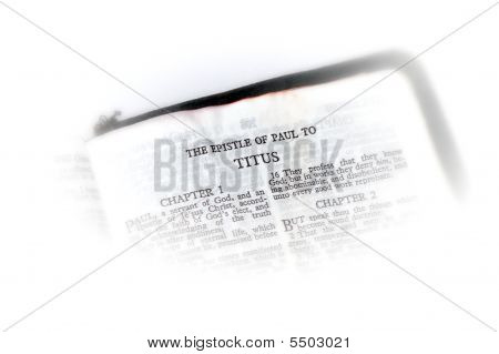 Bíblia aberta a vinheta de Tito
