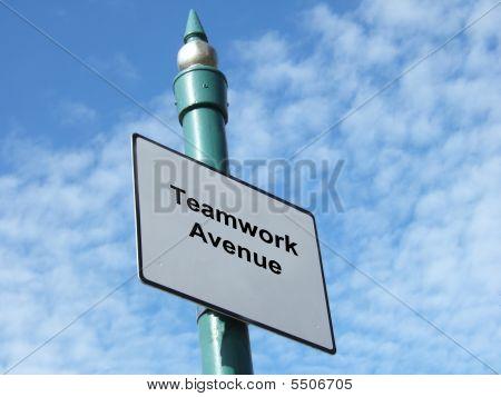 Placa de rua com temas de trabalho em equipe