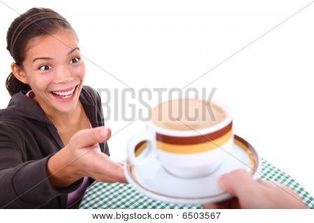 Mulher animada sobre o café