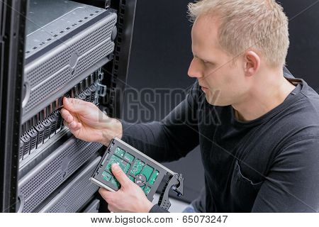 IT Consultant install new SAN hard drive