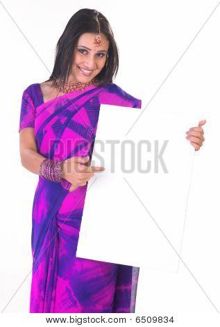 asiatische Mädchen mit der weiße Tafel