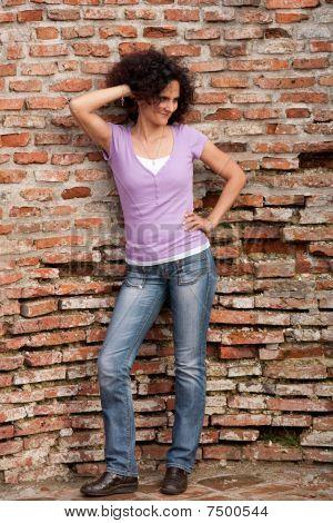 Ruiva senhora perto da parede do Grunge