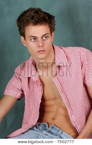 Joven con camisa de cuadros