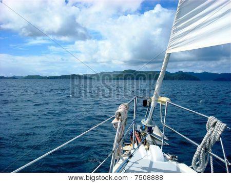 Bogen von Segelboot auf den britischen Jungferninseln