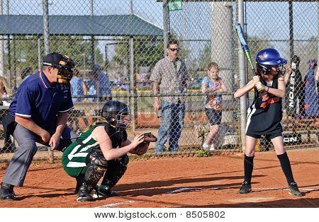 Softbol de la muchacha en el Bat