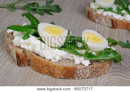 Sandwich With Ricotta, Egg And Arugula