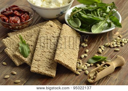 Crispbread with cream cheese, sun-dried tomatoes, herbs