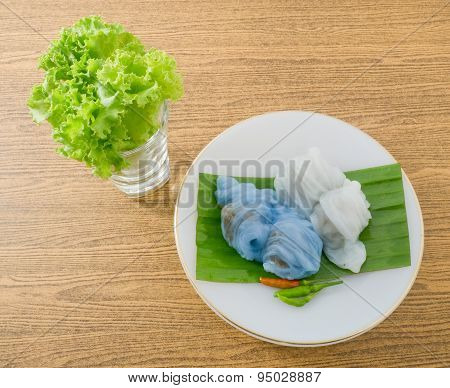 Thai Steamed Rice Skin Dumpling Served With Lettuce