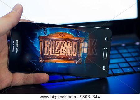Man playing Heartstone on Samsung A5 phone.