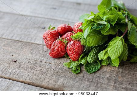 ingridients for strawberry mohito coctail