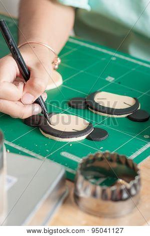 The process of making fondant cake fondant sugar mod action writing on fondant sugar with food edible marker