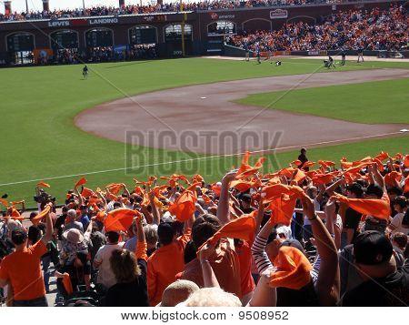 Fans Welle orange Handtücher Team vor Beginn des Spiels zu Pumpen