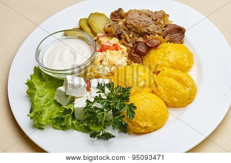 Chicken stew with polenta, cheese and sour cream