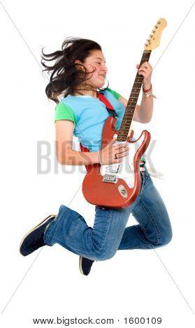 Adolescente, saltando con una guitarra eléctrica