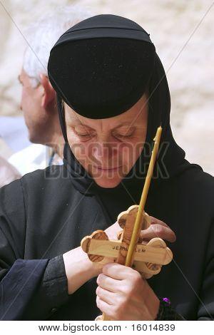 Jerusalén - el 21 de abril: Monjas vienen al Santo Sepulcro para orar, esperando el permiso para entrar en el templo