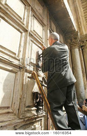 JERUSALEM - APRIL 2: keeper of the keys opens the temple on Good Friday April 2, 2010  in Jerusalem, Israel.