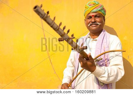 Musician playing traditional rajasthani music on the street of Jaipur, Rajasthan, India