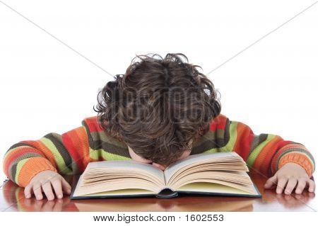 Niño cansado al estudio
