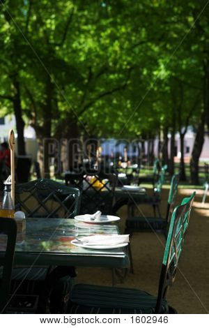 Freiluftrestaurant an einem sonnigen Tag
