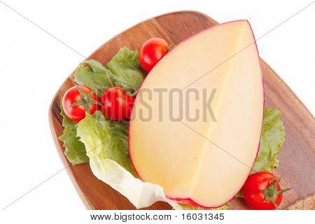 imagen de queso con tomates con hojas de lechuga