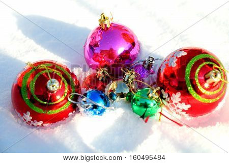 Christmas decorations. We are ready to meet rozhdestvo.Priobreli new toys. Bright, colorful, shiny, they lie on the snow. The snow, freshly fallen - soft, fluffy. Soon these toys hang on the Christmas tree. It will delight all. Great Toys.