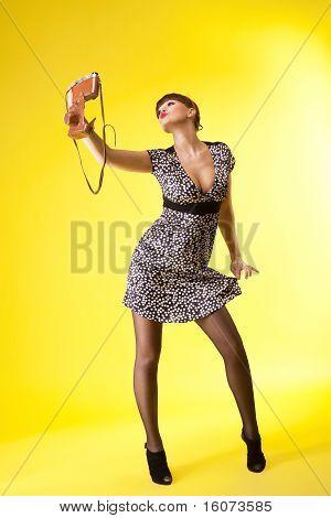 hübsche Frau schießen auf altmodische Fotokamera