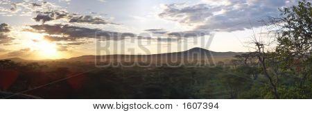 Pôr do sol na savana africana selvagem, Parque Serengeti, na Tanzânia, Panorama
