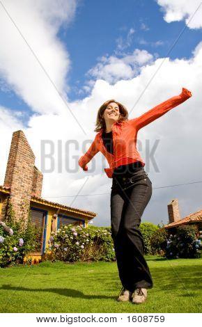 Chica feliz disfrutando al aire libre