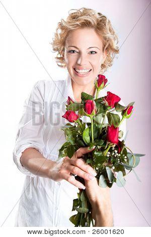 Regalo de rosas rojas para el día de San Valentín. Estudio de tiro