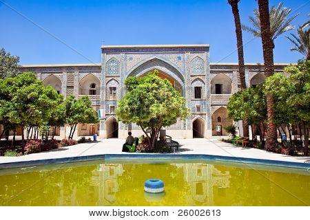 Interior de la escuela de Khan en Shiraz, Irán