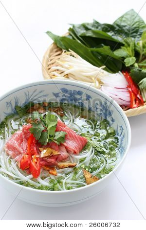 Pho bo, comida vietnamita, carne rebanada rara sopa de fideos con carne