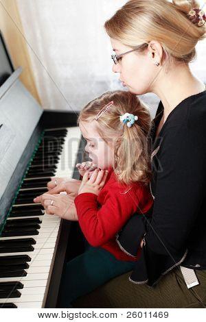 Madre e hija tocar el piano