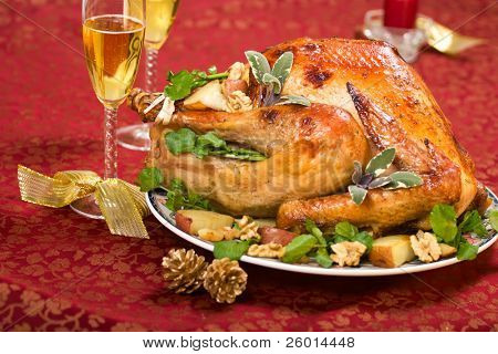 Turquía adornado en Navidad decoración mesa con vela y flautas de champán