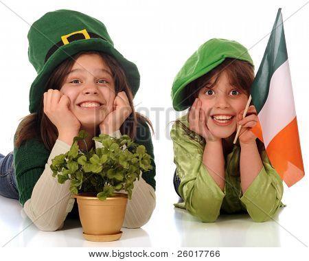 zwei glückliche Schwestern feiern st. Patricks Tag tragen grün und über große Hüte, und mit einem gold-p